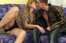 Жаркий секс со зрелой на диване