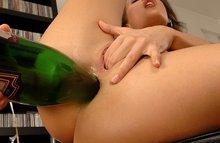 Хардкор трах бутылкой в анал - возбужденная азиаточка