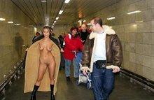 Девчонкам нравится ходить голенькими и дразнить пацанов!