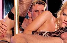Секс со стриптизершей прямо в ночном клубе