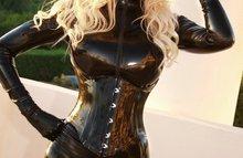 Силиконовая блондинка одела обтягивающий костюмчик