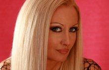 Блондинка доводит себя до исступления